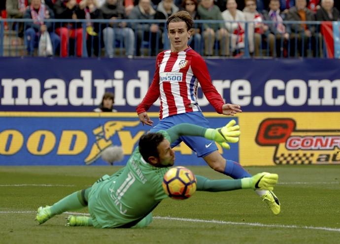 Griezmann marcou dois gols sobre o goleiro brasileiro Diego Alves (Foto: EFE)
