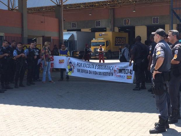Polícia reforçou o policiamento em Benfica (Foto: Henrique Coelho/G1)