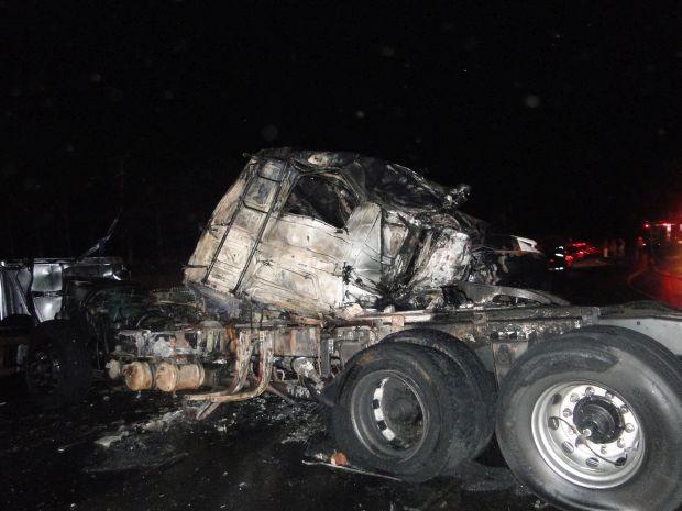 Caminhão pegou fogo (Foto: Divulgção / Portal Ternura FM)