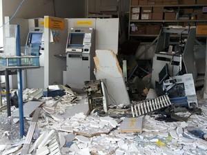 Área interna de Banco do Brasil após explosões em Elias Fausto (Foto: Ricardo Custódio/EPTV)