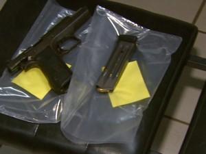 Três armas foram apreendidas com quadrilha que roubou loja em Divinolândia (Foto: Eder Ribeiro/ EPTV)