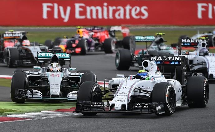 Felipe Massa defende posição contra Lewis Hamilton. Brasileiro chegou a liderar GP da Inglaterra (Foto: AFP)