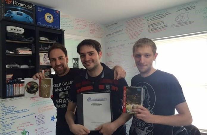 Desenvolvedores posam segurando cartuchos e manuais da versão de Pier Solar para Mega Drive (Foto: Reprodução / Kickstarter)