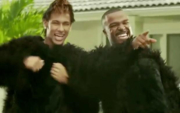 Neymar e Alexandre Pires, em clipe, com fantasia de macaco (Foto: Reprodução)