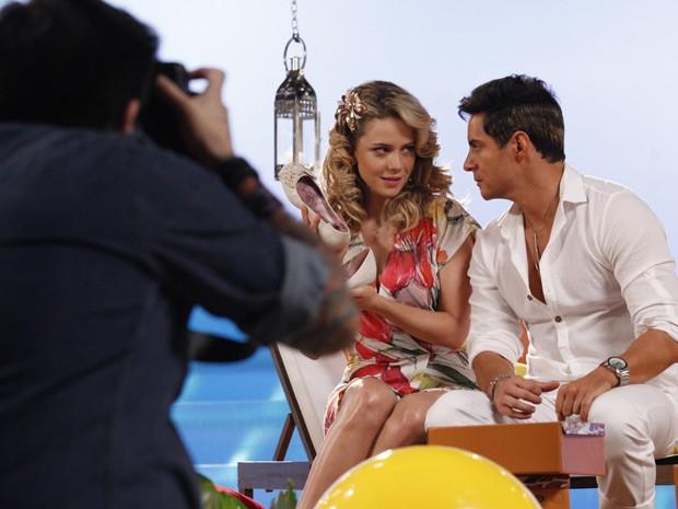 Inácio faz direitinho o papel de Fabian na gravação do comercial (Foto: Cheias de Charme / TV Globo)