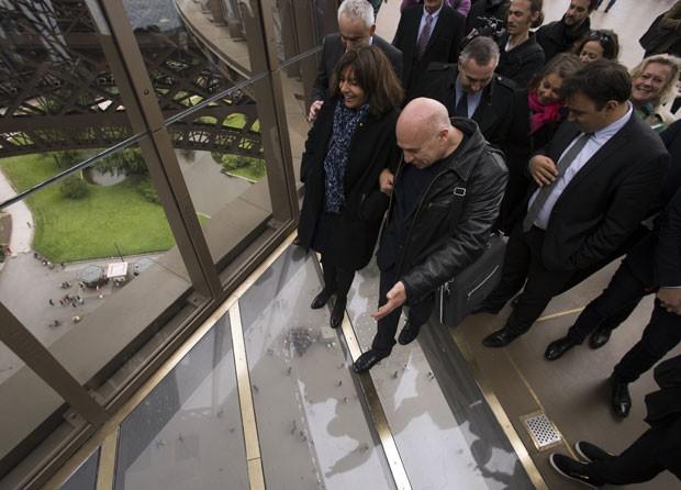 O arquiteto Alain Moatti mostra o novo piso ao lado da prefeita de Paris Anne Hidalgo (Foto: Lionel Bonaventure/AFP)