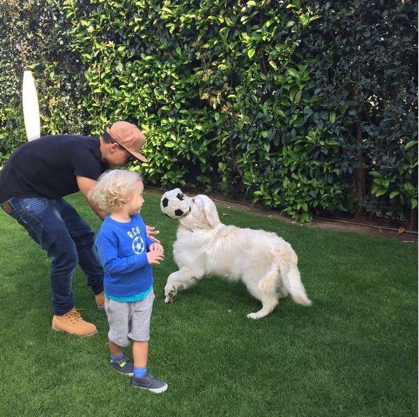 Neymar brincando com o filho Davi Luca e com Poker (Foto: Reprodução/Instagram)