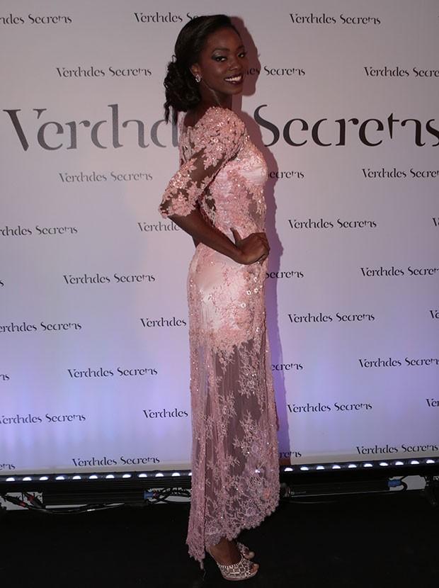 Jéssica Córes arrasou no vestido bordado em tom rosa antigo (Foto: Felipe Monteiro / Gshow)