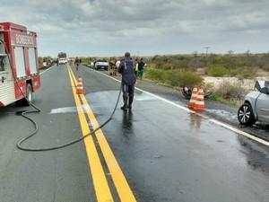 Três jovens mortos no acidente estavam na mesma moto (Foto: Divulgação/Corpo de Bombeiros)
