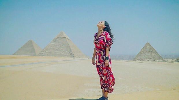 Karina Vela nas pirmides de Giz, no Cairo, uma das sete maravilhas do mundo antigo. (Foto: Pedro Franca)