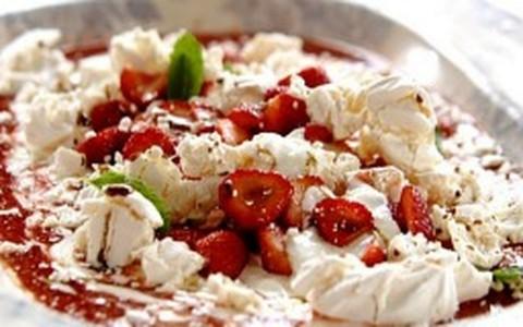 Sobremesa inglesa com morangos, suspiro e iogurte: por Jamie Oliver