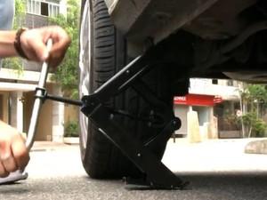 Aprenda a trocar pneu (Foto: Gshow)