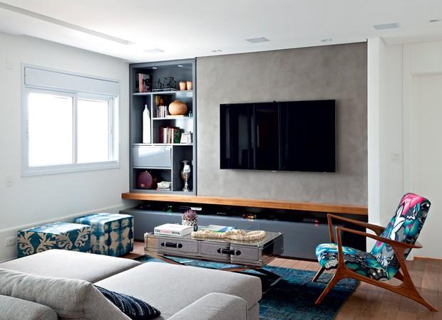 Neste living, a arquiteta Fernanda Dabbur instalou parede de drywall para a TV e para a estante. O visual limpo se deu graças ao padrão dos acabamentos, com parede de cimento queimado Terracor e estante de laca cinza brilhante (Foto: Edu Castello e Maíra Acayaba/Editora Globo)