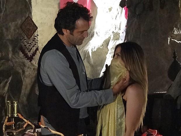 Zyah fica encantado ao vestir Bianca como uma turca (Foto: Salve Jorge/TV Globo)