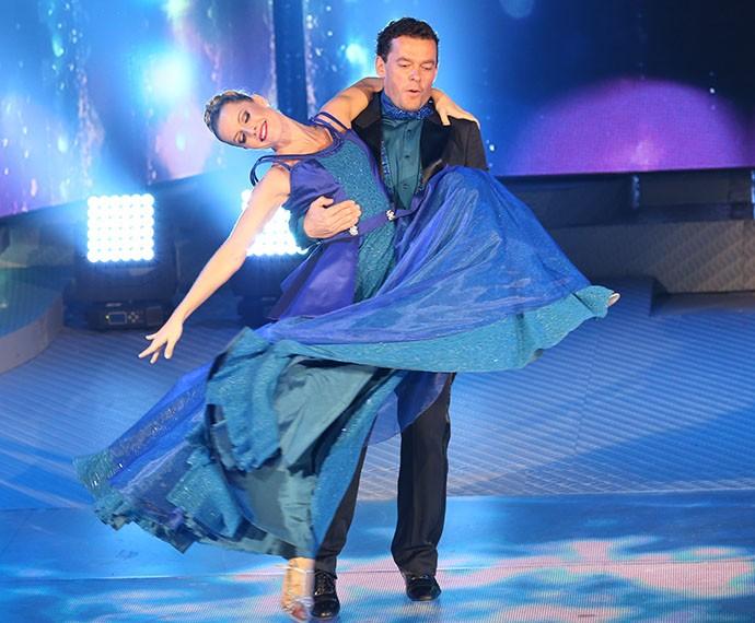 O apresentador levanta a parceira durante a apresentação (Foto: Carol Caminha / Gshow)