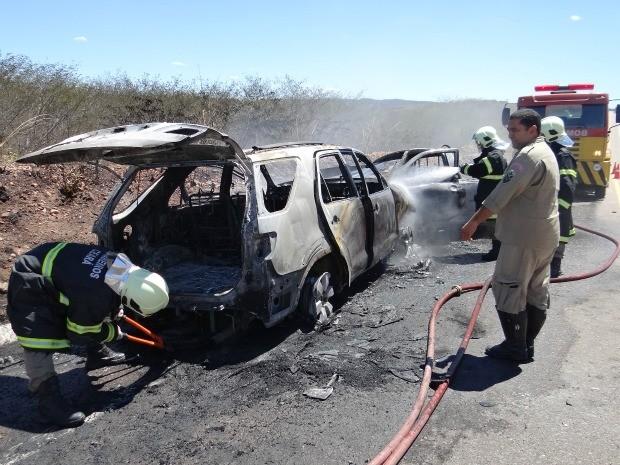 Após colisão, carros foram incendiados e fogo foi controlado por bombeiros (Foto: Alex Santana/Iguatu.net)
