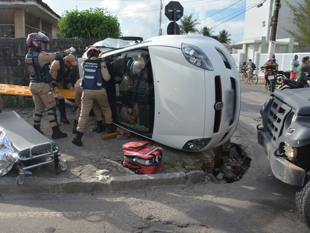 Carro capotou após ser atingido por outro. Duas pessoas ficaram presas nas ferragens e foram resgatadas pelos Bombeiros (Foto: Walter Paparazzo/G1)