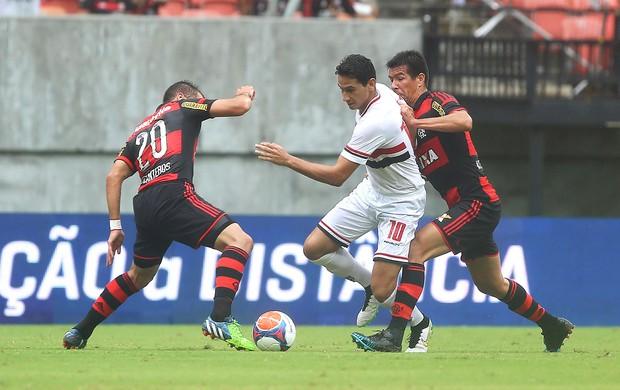 Paulo Henrique Ganso com Canteros e Cácere, São Paulo x Flamengo (Foto: Rubens Chiri / Getty Images)
