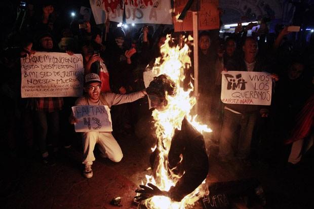 Manifestantes queimam boneco do presidente do México, Enrique Peña Nieto, durante protesto em Tijuana nesta segunda-feira (1º)   (Foto: Jorge Duenes/Reuters)