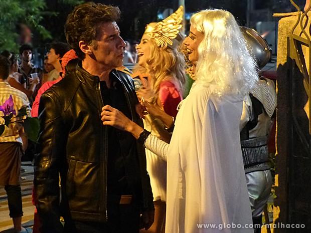 Zelândia convida Caetano para entrar na festa com ela (Foto: Malhação / TV Globo)