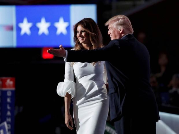 O candidato republicano à Presidência dos EUA, Donald Trump, cumprimenta sua mulher, Melania Trump, no palco da Convenção Nacional Republicana em Cleveland, Ohio. Melania foi acusada de imitar trechos de um discurso de Michelle Obama (Foto: Jim Young/Reuters)