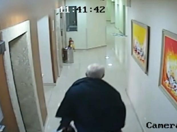 Câmeras de hotel registram médico antes de desaparecimento em São Paulo (Foto: Reprodução TV Globo)