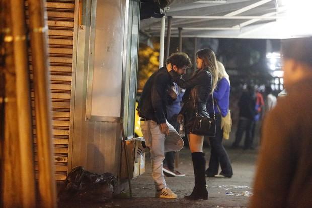 Maurício Destri com morena em barzinho no Rio (Foto: Delson Silva / AgNews)