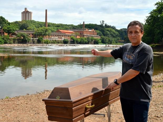 Ato solitário pede conscientização e preservação do Rio Piracicaba (Foto: Fernanda Zanetti/G1)
