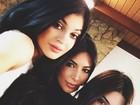 Kylie Jenner, Kim Kardashian e Kendall Jenner mostram semelhança em selfie