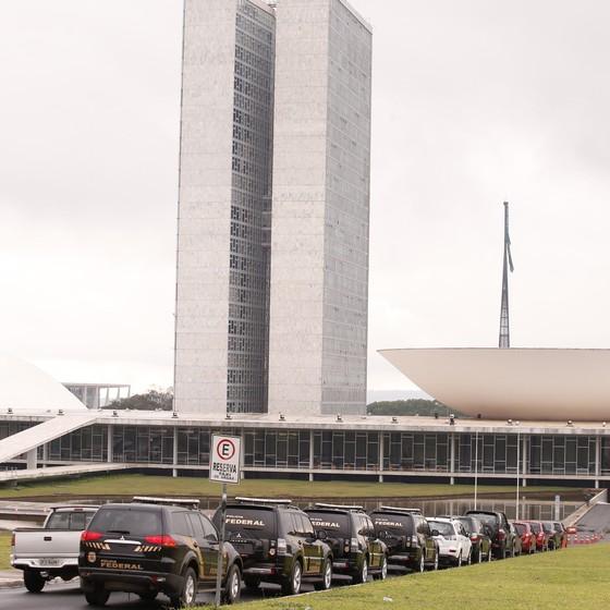 Viaturas da PF em frente ao Congresso durante a Operação Métis (Foto: Jorge William/Ag. O Globo)