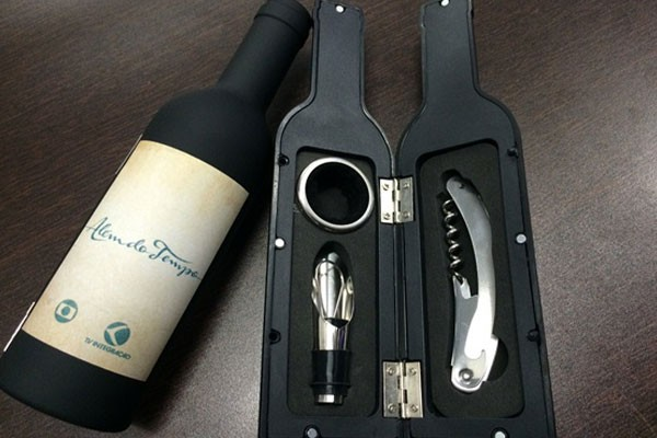 Kit de Vinho com três peças foi entregue aos maiores clientes de novela da emissora (Foto: Divulgação   TV Integração )