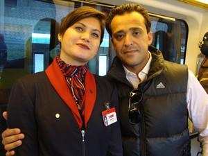 A comissária Virgínia Chagas com o marido no aeroporto em 2011 (Foto: Virgínia Chagas/Arquivo pessoal)