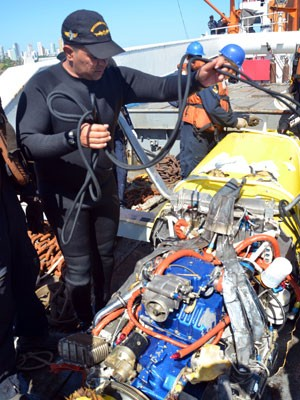 Motor e componentes estruturais da aeronave foram resgatados (Foto: Divulgação/Marinha do Brasil)