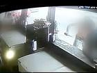 Homem morre com facada dada na frente das pessoas; veja vídeo