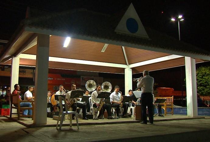 Banda se apresenta mensalmente no coreto da cidade (Foto: Reprodução / TV TEM)
