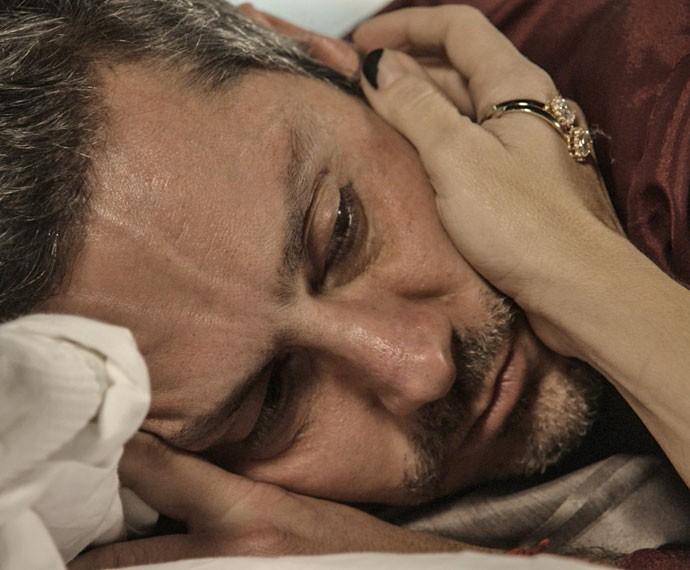 Altinho após alguns copos de uísque, Romero não esconde os sentimentos (Foto: TV Globo)