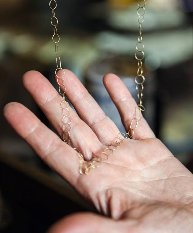 Joias finase delicadas feitas com fios de ouro (Foto: Lufe Gomes / Editora Globo)