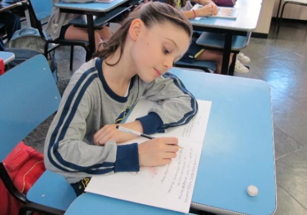 Menina livro (Foto: Anna Gabriela Ribeiro/G1)
