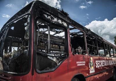Ônibus utilizado para transporte de estudantes foi incendiado em mais um ataque em Santa Catarina (Foto: Marcelo Camargo/ABr)