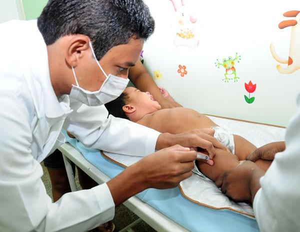 Criança também é imunizada contra o vírus da gripe, em ação da SES. (Foto: Nestor Bezerra)