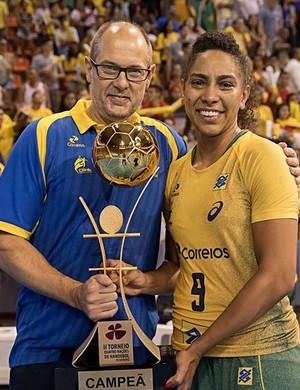 Morten Soubak e Ana Paula com o troféu do Torneio Quatro Nações (Foto: Cinara Piccolo/Photo&Grafia)