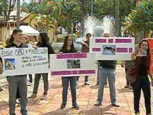 Protesto contra maus tratos a animais em São Roque (Foto: Reprodução/TV Tem)