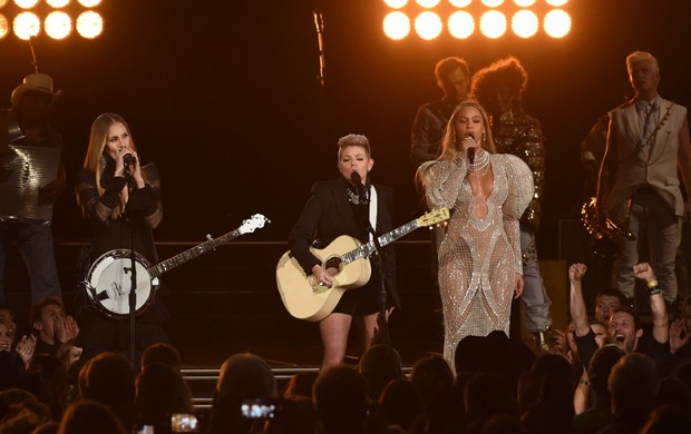 Beyoncé se apresenta ao lado do grupo Dixie Chicks no CMA Awards, prêmio norte-americano da música country (Foto: Rick Diamond/Getty Images North America/AFP)