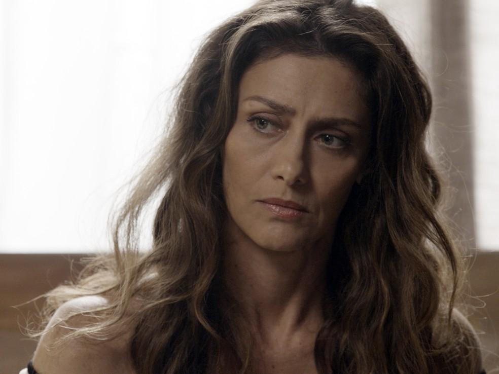 Joyce reage assustada, e Ruy continua a falar sobre a relação dos pais (Foto: TV Globo)