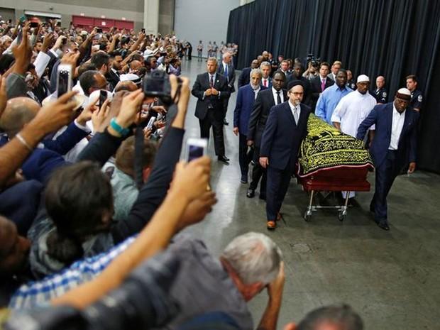 Pessoas fotografam caixão com o corpo de Muhammad Ali durante cerimônia de funeral em Lousiville  (Foto: Carlos Barria/Reuters)