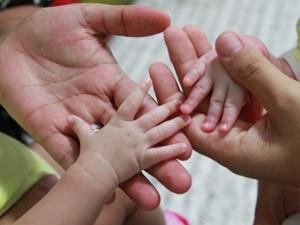 As mães posam com os filhos gêmeos. Elas preferiram não se identificar (Foto: Michele Souza/JC Imagem/Agência O Globo)
