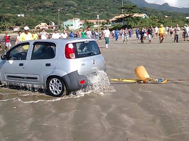 Carro foi retirado por volta das 10h30 com ajuda de trator (Foto: Edilson Almeira / Arquivo Pessoal)