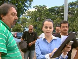 Advogados tentam buscar a fosfoetanolamina na USP de São Carlos (Foto: Paulo Chiari/EPTV)