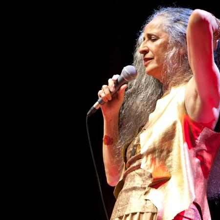 """Maria Bethânia no primeiro ato do show """"Abraçar e Agradecer"""" (Foto: Alexandre Moreira/Divulgação)"""
