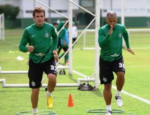 Sérgio Manoel e Jackson no treino do Coritiba, após recuperação de lesões graves (Foto: Divulgação / Site oficial do Coritiba)